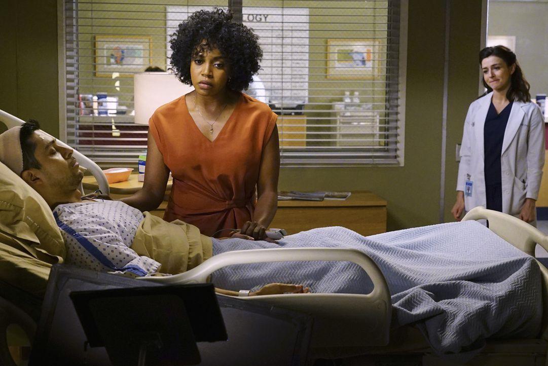 Stephanie bringt Kyle (Wilmer Valderrama, l.) ins Krankenhaus. Er hat einen Tremor in der linken Hand und wird von Amelia (Caterina Scorsone, r.) op... - Bildquelle: Richard Cartwright ABC Studios