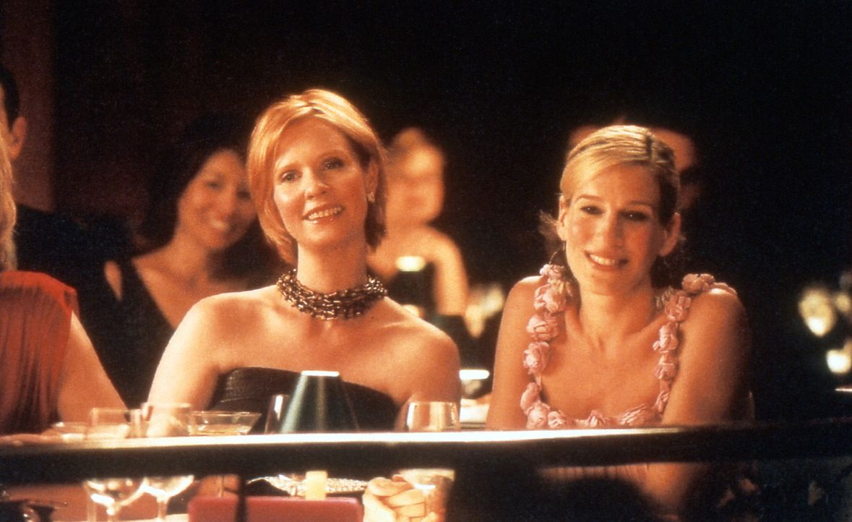 Carrie (Sarah Jessica Parker, r.) und Miranda (Cynthia Nixon, l.) amüsieren sich bei einem Konzert des Pianisten Bobby Fine ... - Bildquelle: Paramount Pictures