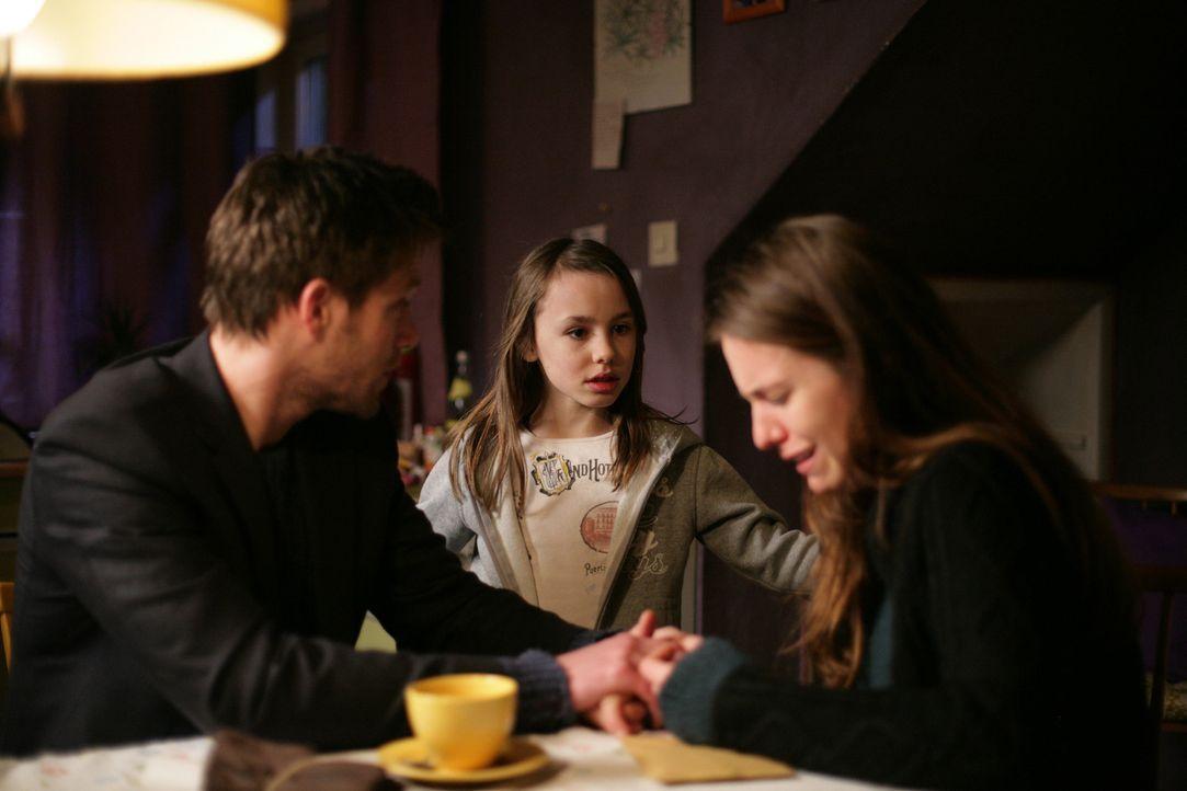 Nachdem Rebecca (Marilena Netzker, r.) alles verloren hat, ist sie am Verzweifeln, doch weder ihr Bruder Alex (Ken Duken, l.) noch ihre Tochter Nico... - Bildquelle: Laura Schleicher Sixx