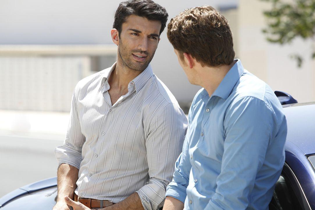 Rafael (Justin Baldoni, l.) ist Michael (Brett Dier, r.) dankbar, dass er Mateo zurückgebracht hat, während Jane sich auf ihre Mutterrolle konzentri... - Bildquelle: Greg Gayne 2015 The CW Network, LLC. All Rights Reserved.