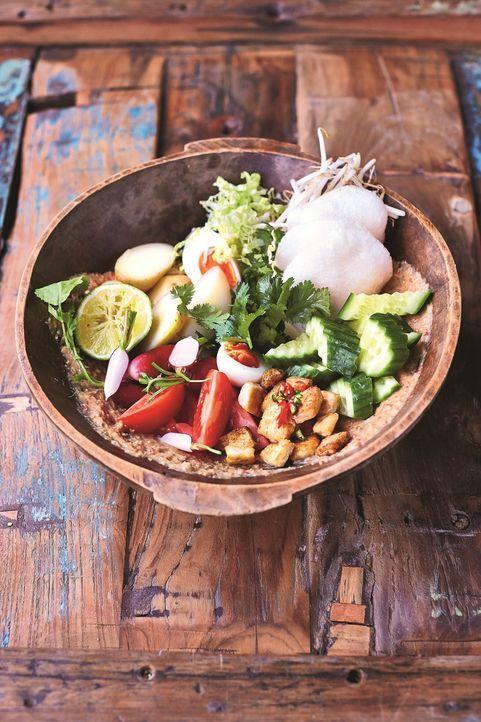 Diesen Salat verfeinert Jamie Oliver mit einer unglaublichen Erdnuss-Sauce, dessen Rezept aus Jakarta in Indonesien stammt ... - Bildquelle: FRESH ONE PRODUCTIONS MMXIV