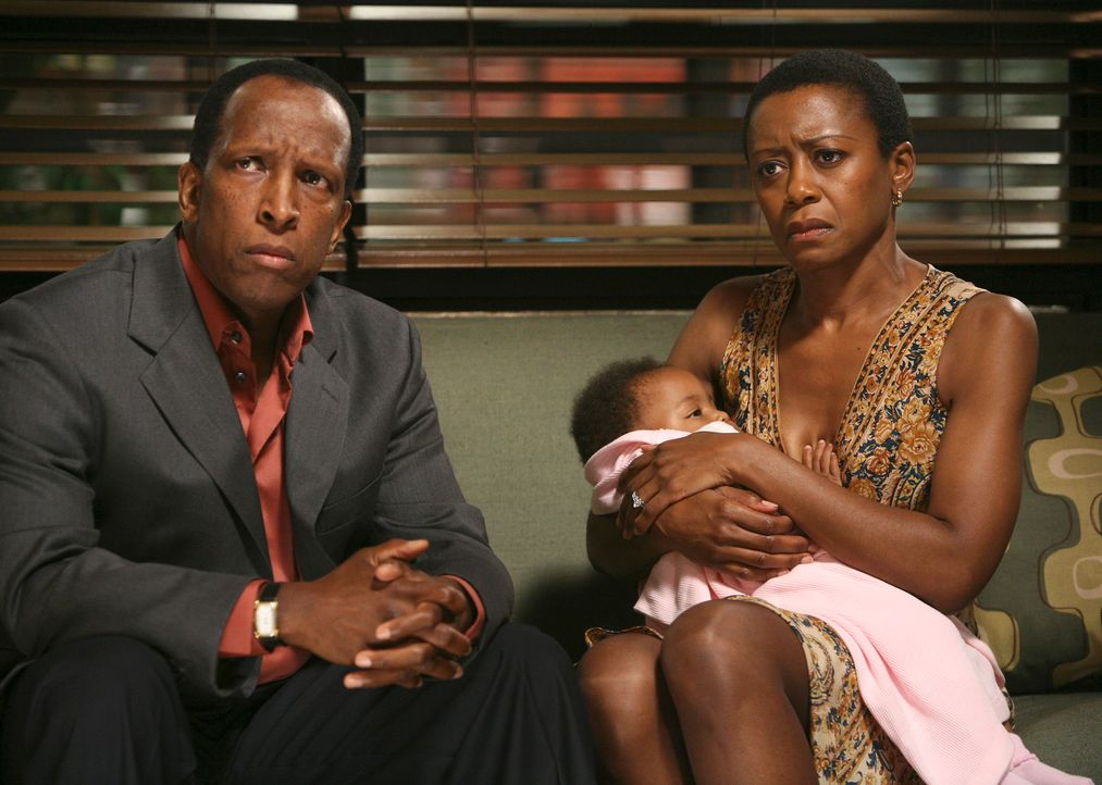 Nach einem DNA-Test steht fest, dass das Kind von Mr. (Dorian Harewood, l.) und Mrs. Stinson (Barbara Eve Harris, r.) nach der Geburt vertauscht wur... - Bildquelle: 2007 American Broadcasting Companies, Inc. All rights reserved.