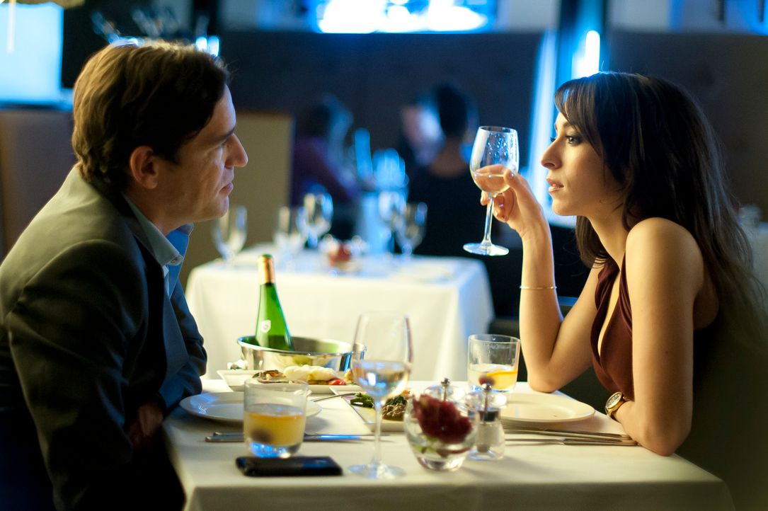 Mia (r.) und Stephen (l.) tauschen tiefe Blicke ..