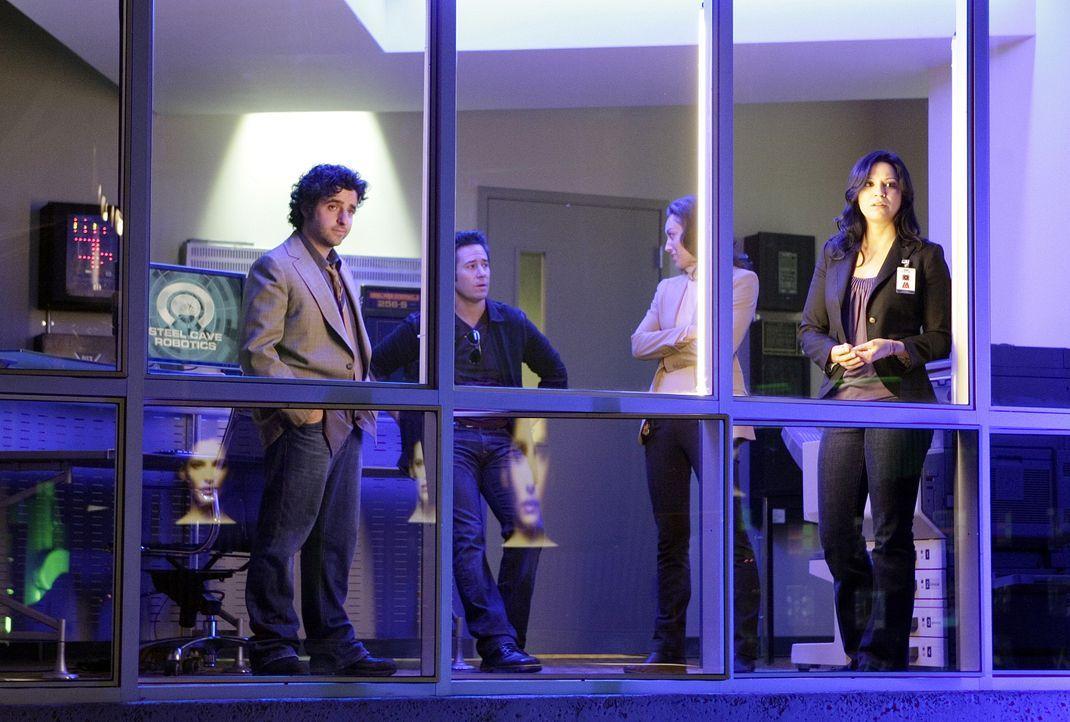Gemeinsam versuchen sie den Tod, des Wissenschaftler Robertson aufzuklären: Charlie (David Krumholtz, l.), Don (Rob Morrow, 2.v.l.), Liz (Aya Sumika... - Bildquelle: Paramount Network Television