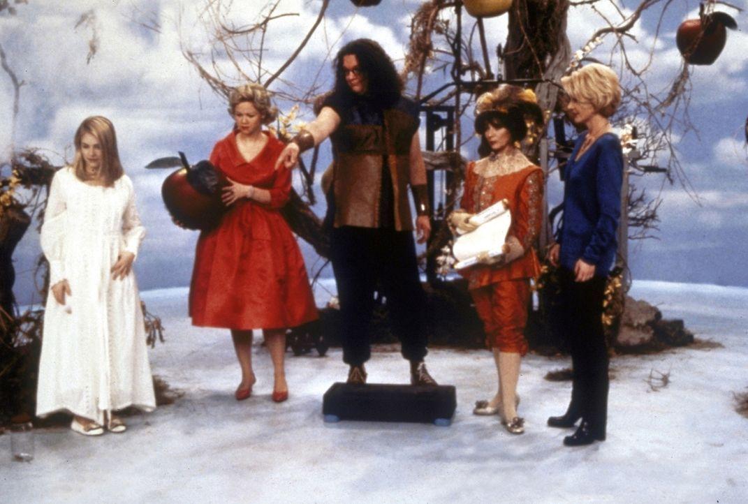 """Jenny ist aus Versehen im """"anderen Reich"""" gelandet. Dort wird sie von Hexenmeister Drell (Penn Jillette, M.) empfangen und in einen Graßhüpfer ver... - Bildquelle: Paramount Pictures"""