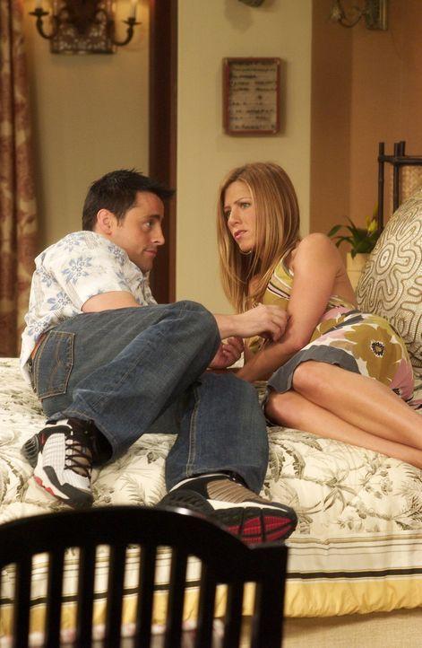 Zwischen Joey (Matt LeBlanc, l.) und Rachel (Jennifer Aniston, r.) hat es gefunkt, doch das schlechte Gewissen gegenüber Ross hält sie von intimen D... - Bildquelle: 2003 Warner Brothers International Television