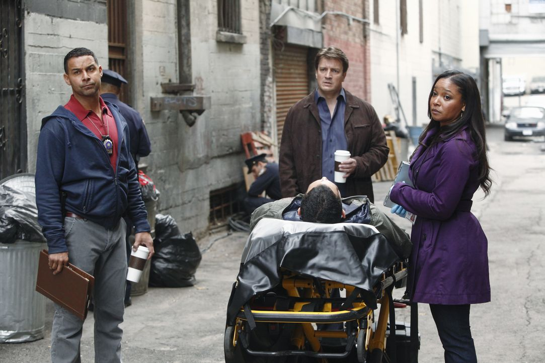 Spekulieren am Tatort, wie und warum der junge Mann ermordet wurde: Lanie Parish (Tamala Jones, r.), Javier Esposito (Jon Huertas, l.) und Richard C... - Bildquelle: 2012 American Broadcasting Companies, Inc. All rights reserved.