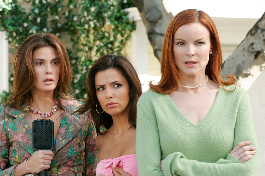 Schockiert beobachten Gabrielle (Eva Longoria, M.), Susan (Teri Hatcher, l.) und Bree (Marcia Cross, r.), wie Paul Young in die Wisteria Lane zurück... - Bildquelle: 2005 Touchstone Television  All Rights Reserved