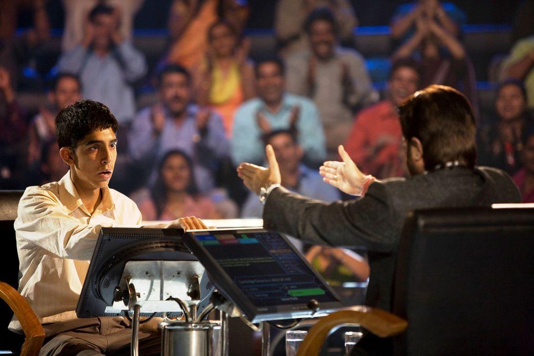 Jamal Malik (Dev Patel, l.) stellt sich den Fragen des Moderators Prem Kumar (Anil Kapoor, r.) und muss schon bald erleben, dass man ihm als Underdo... - Bildquelle: 2009 PROKINO Filmverleih GmbH