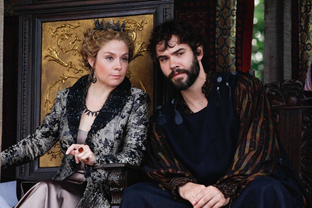 Niemandem vertraut Königin Katherine (Megan Follows, l.) so sehr wie ihrem Freund und Berater Nostradamus (Rossif Sutherland, r.), einem Mann mit Zu... - Bildquelle: Marni Grossman 2013 The CW Network, LLC. All rights reserved.