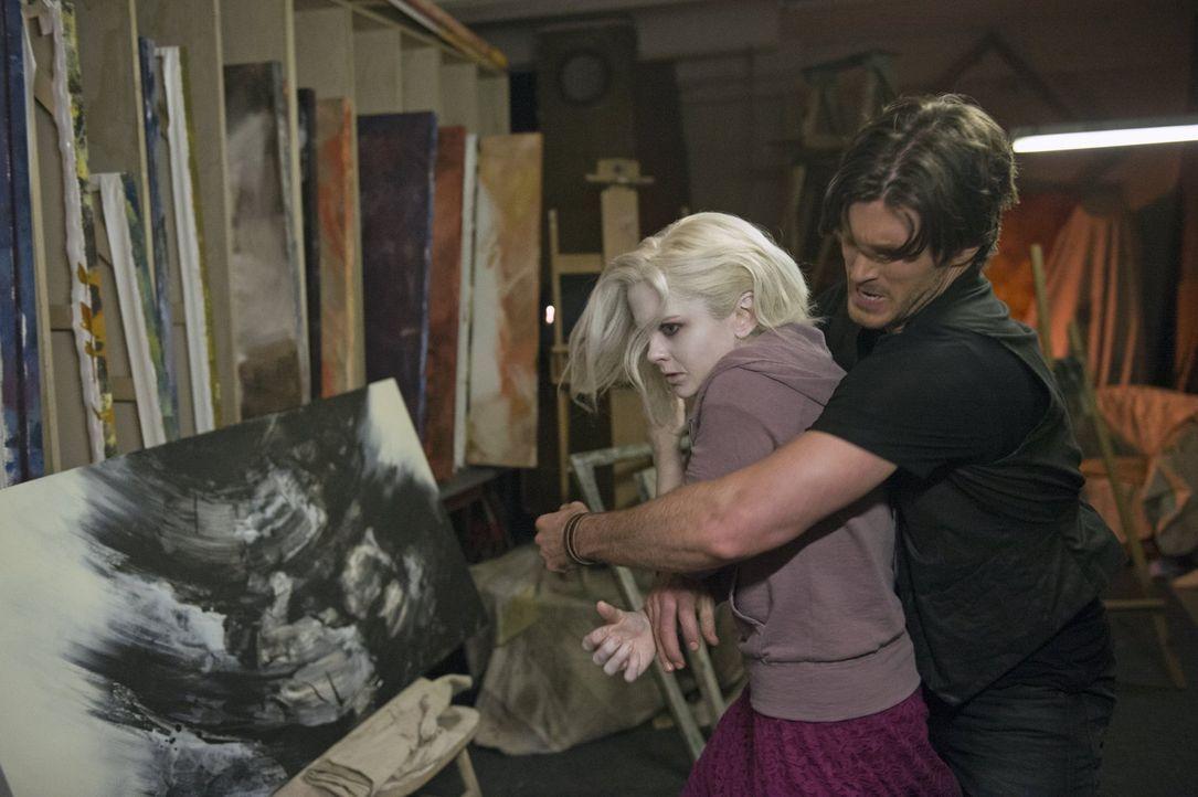 Kann Liv (Rose McIver, l.) sich aus den Fängen von Tito (Christopher Russell, r.) befreien? - Bildquelle: Warner Brothers
