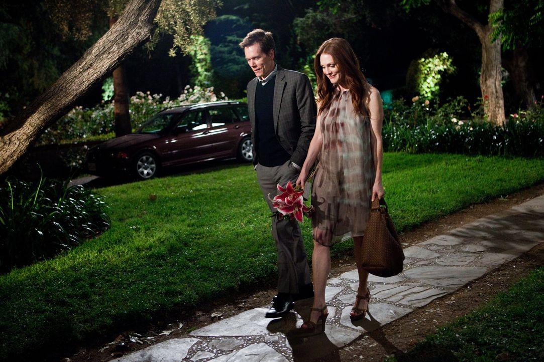 Ein One-Night-Stand mit ihrem Kollegen David (Kevin Bacon, l.) sorgt dafür, dass sich Emily (Julianne Moore, r.) von ihrem Mann trennt, aber ist Dav... - Bildquelle: Warner Bros.