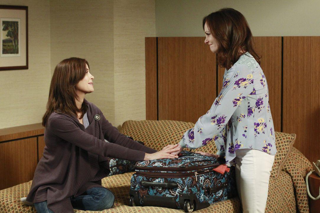 Nach und nach kommen sich Susan (Teri Hatcher, l.) und Mutter Sophie (Lesley Ann Warren, r.) nach einem Streit wieder näher ... - Bildquelle: ABC Studios