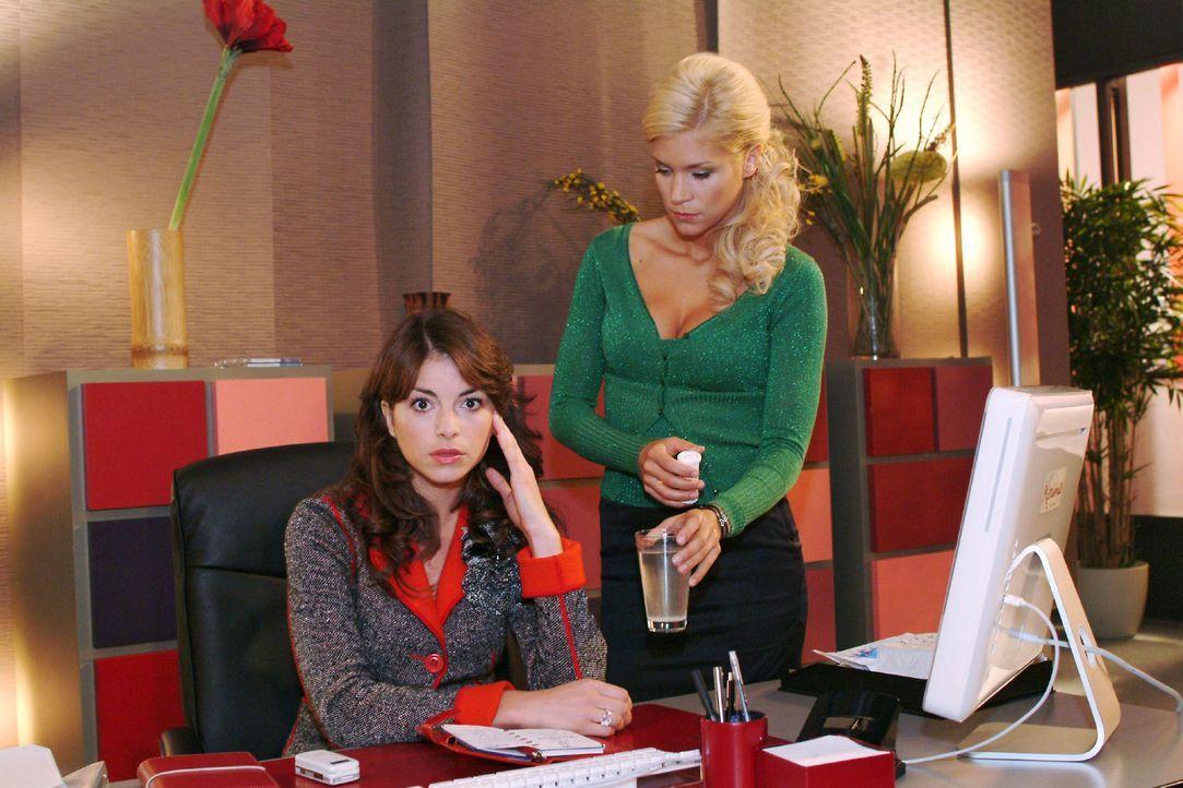 Sabrina (Nina-Friederike Gnädig, r.) reicht Mariella (Bianca Hein, l.) eine Kopfschmerztablette. Doch die allein kann Mariella nicht von ihrem Kopf... - Bildquelle: Monika Schürle Sat.1