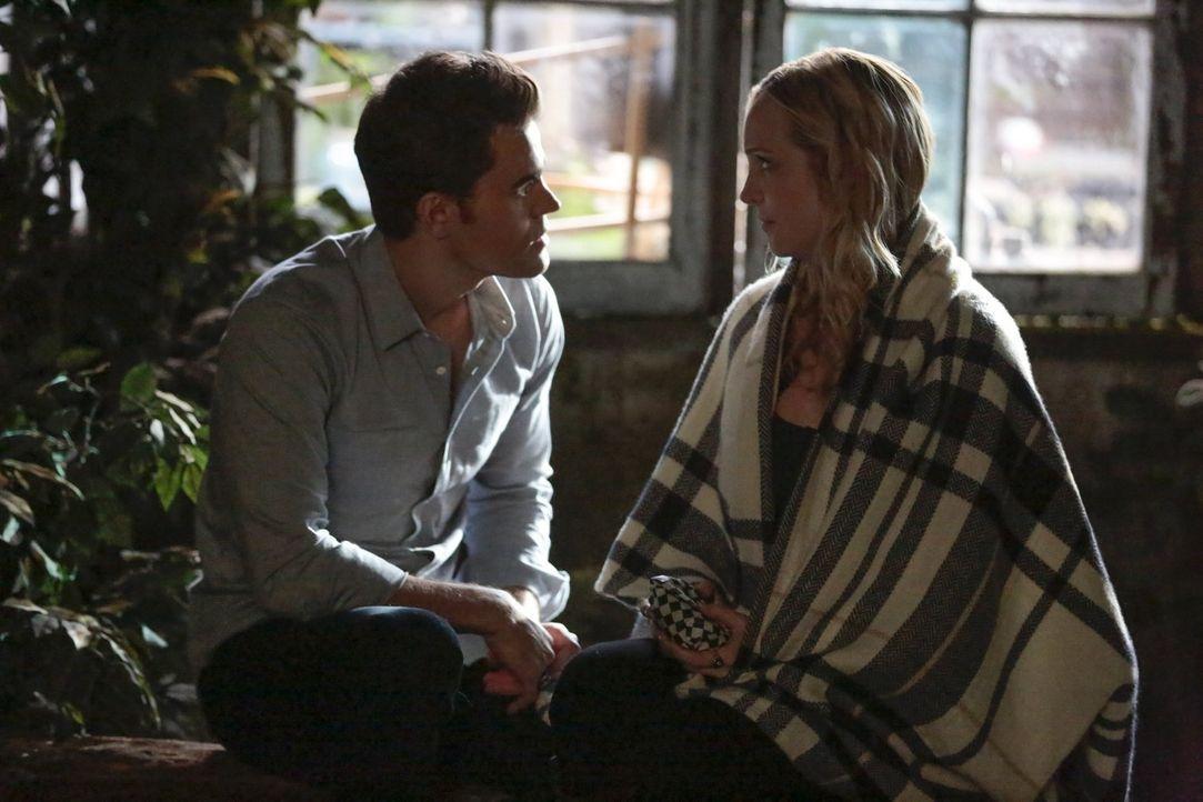 Stefan (Paul Wesley, l.) muss zu ungewöhnlichen Mitteln greifen, um Caroline (Candice King, r.) und die beiden Babys zu retten und das alles, währen... - Bildquelle: Warner Bros. Entertainment, Inc.