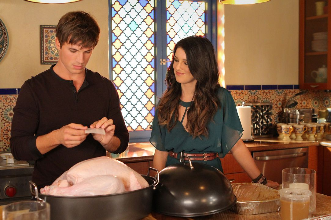 Annie (Shenae Grimes, r.) hilft Liam (Matt Lanter, l.), der all seine Freunde zu einem Thanksgiving-Dinner eingeladen hat, bei den Vorbereitungen. - Bildquelle: 2011 The CW Network. All Rights Reserved.
