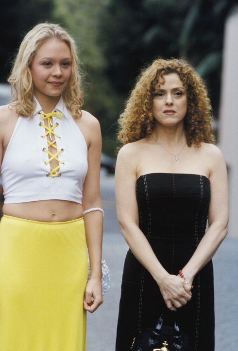 Jane (Alexandra Holden, l.) und Cassandra (Bernadette Peters, r.) halten John und Richard bei ihrem eigentlichen Urlaub in L.A. auf Trab ... - Bildquelle: 2001 Twentieth Century Fox Film Corporation. All rights reserved.
