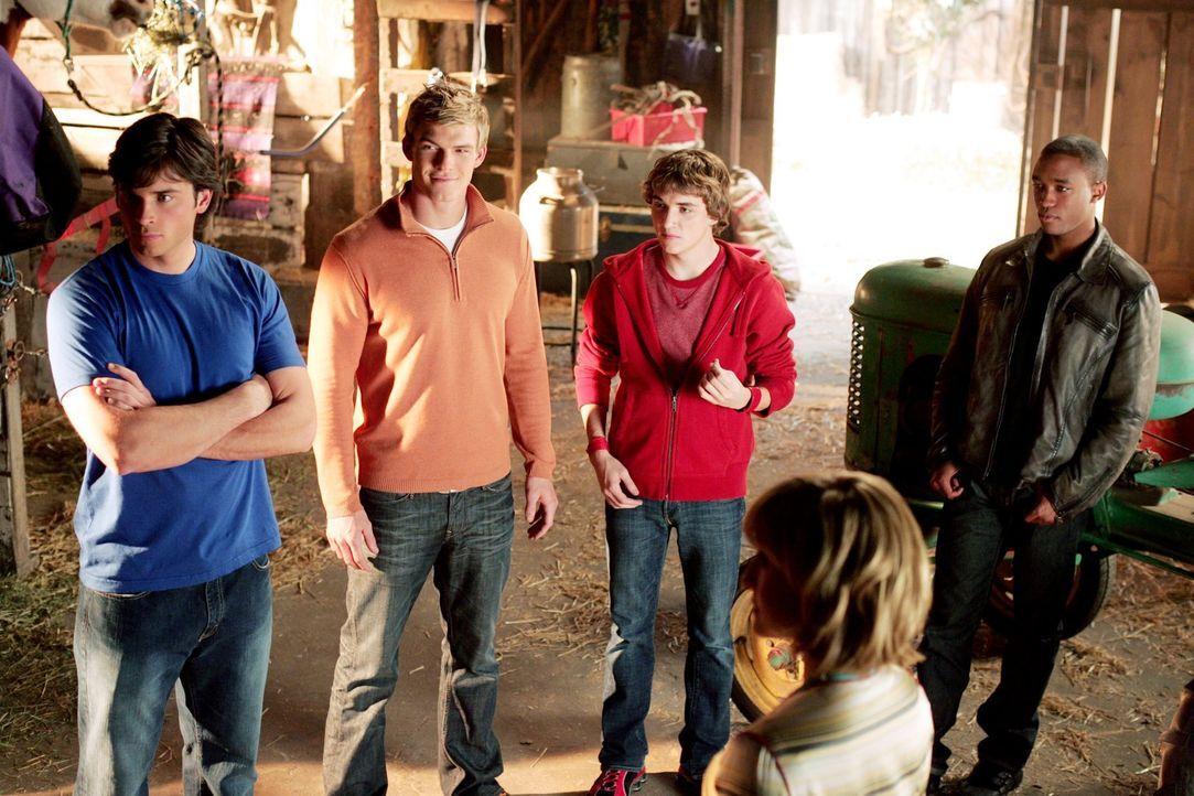 Um Lex Luthers gefährliches Experiment zu stoppen, treffen sich alle Freunde von Clark (Tom Welling, l.), die Superkräfte haben, in Smallville: Gree... - Bildquelle: Warner Bros.