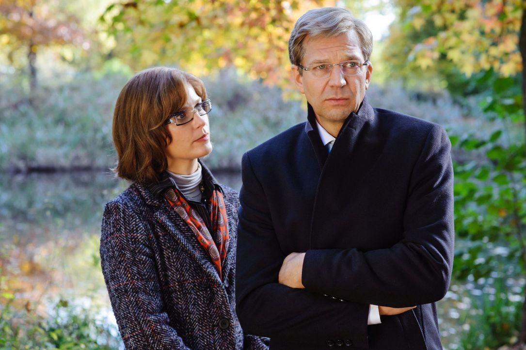 Nach dem Rücktritt Olaf Glaesekers wird Petra Diroll (Valerie Niehaus, l.) kommissarisch Sprecherin des Bundespräsidenten Christian Wulff (Kai Wiesi... - Bildquelle: Stefan Erhard SAT.1