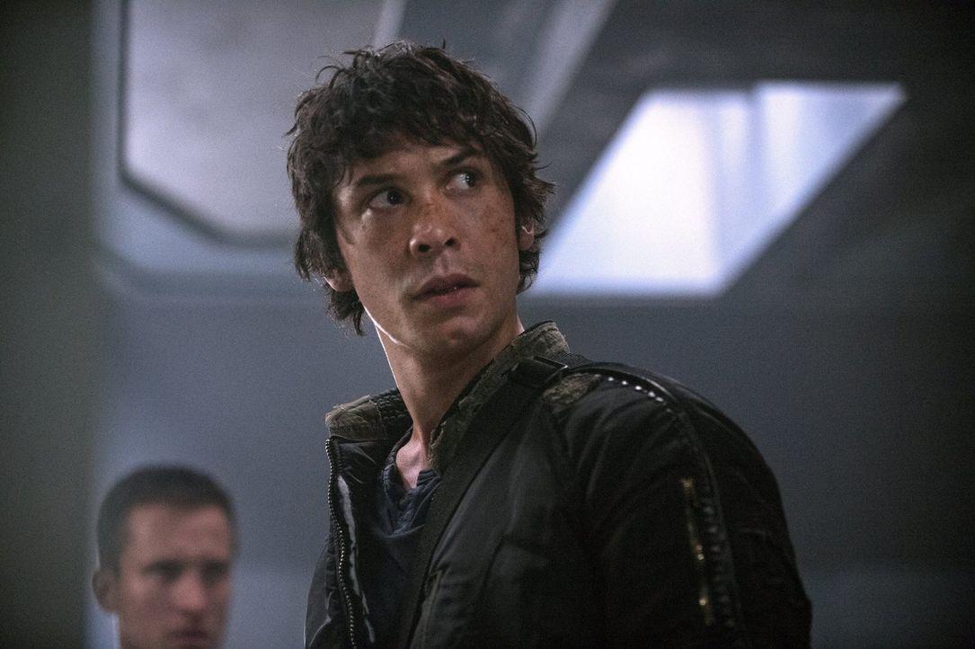 Selbst als Anführer ist Bellamy (Bob Morley) vor einer biologischen Waffe nicht geschützt ... - Bildquelle: Warner Brothers