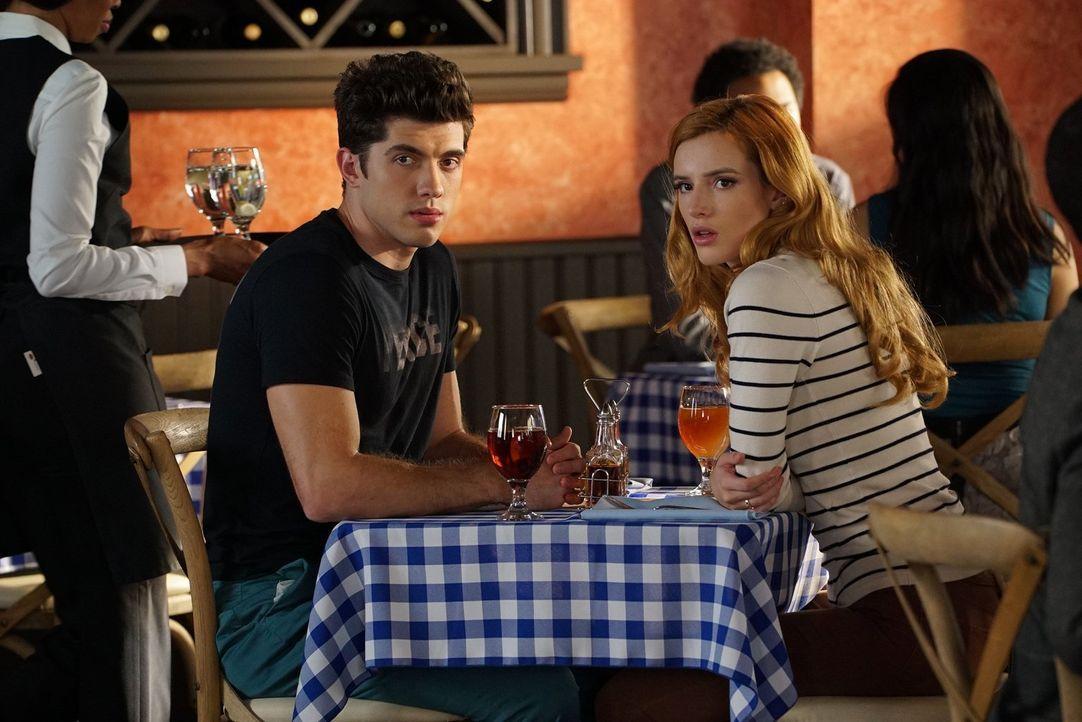 Soll sie Jake sagen, dass er gefeuert ist? Paige (Bella Thorne, r.) möchte ihrem Freund nicht länger in Unwissenheit lassen, doch Rainer (Carter Jen... - Bildquelle: Warner Bros.