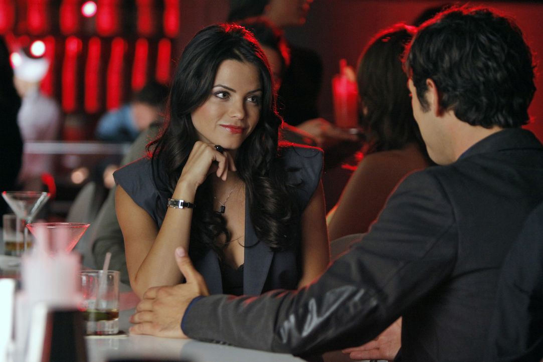 Kendra (Jenna Dewan, l.) und Jonah (Michael Rady, r.) flirten was das Zeug hält ... - Bildquelle: 2009 The CW Network, LLC. All rights reserved.