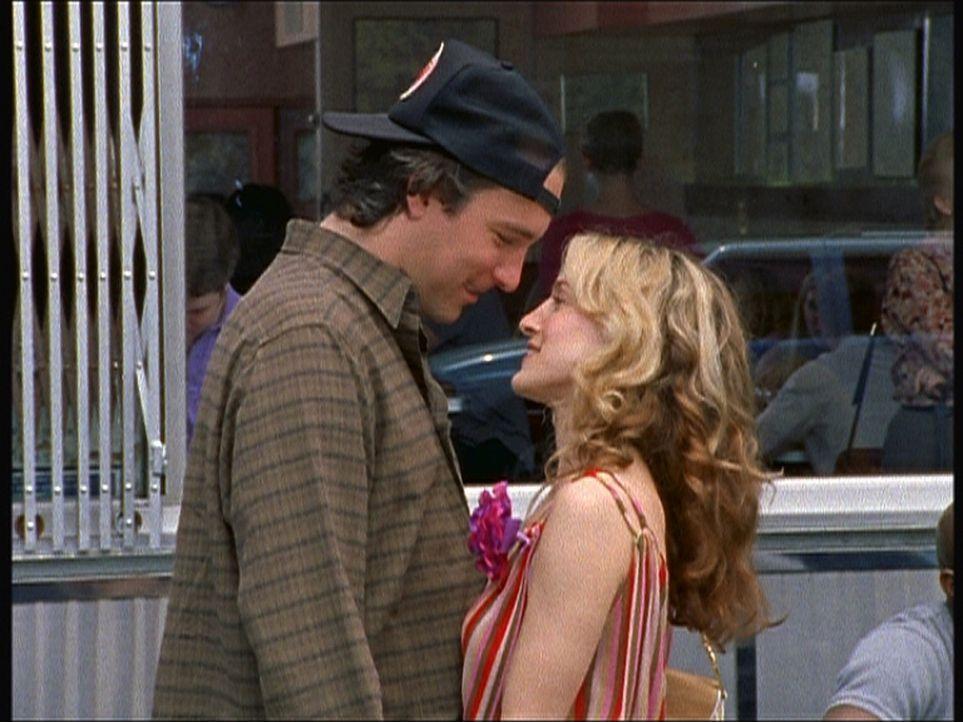 Aidan (John Corbett, l.) ist gerührt: Überraschenderweise taucht Carrie (Sarah Jessica Parker, r.) auf, um doch seine Eltern kennen zu lernen. - Bildquelle: Paramount Pictures