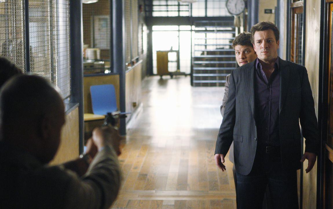 Captain Roy Montgomery (Ruben Santiago-Hudson, l.) zwingt Dick (Jay R. Ferguson, M.), welcher Castle (Nathan Fillion, l.), hinter Vorgehaltener Waff... - Bildquelle: ABC Studios
