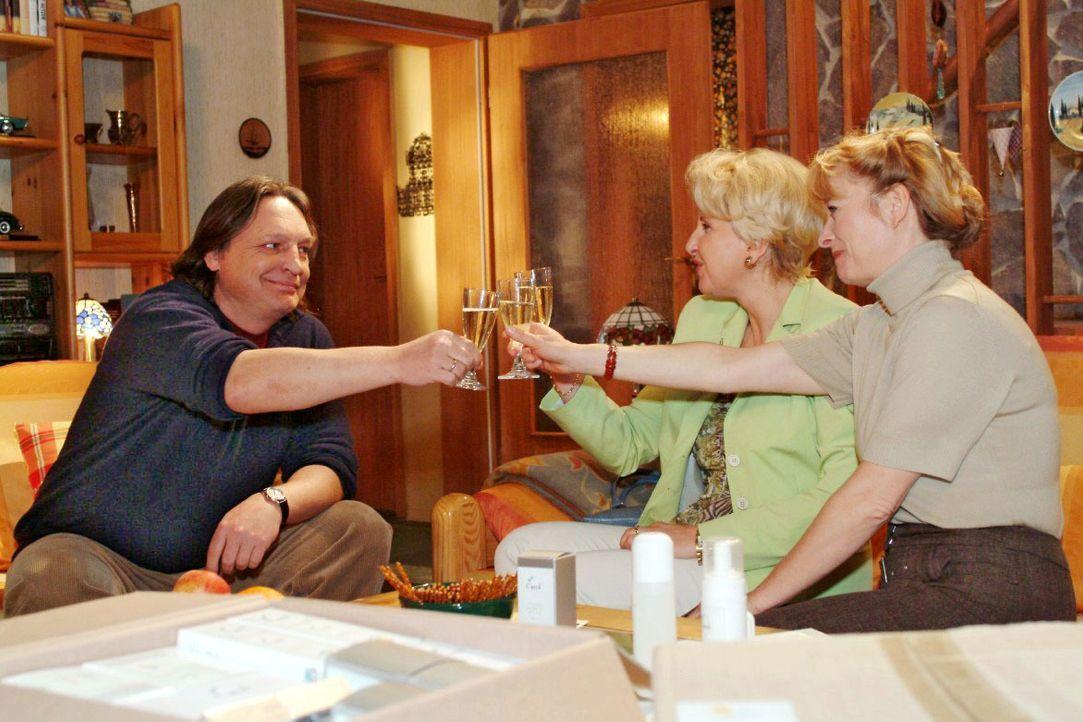 Bernd (Volker Herold, l.), Traudel (Gabriele Metzger, M.) und Helga (Ulrike Mai, r.) stoßen begeistert auf Helgas erste Verkaufserfolge an. - Bildquelle: Monika Schürle SAT.1 / Monika Schürle