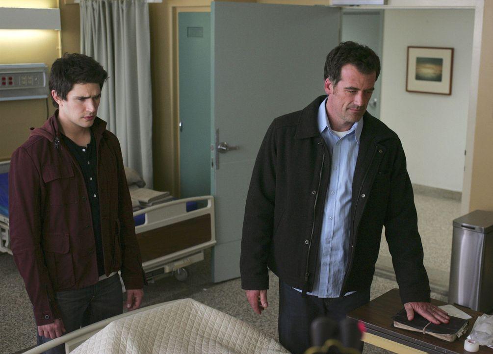 Kyle (Matt Dallas, l.) kann Gedanken lesen und hilft dadurch Stephen (Bruce Thomas, r.) und seinem Vater, dass sie kurz vor dessen Tod wieder zusamm... - Bildquelle: TOUCHSTONE TELEVISION