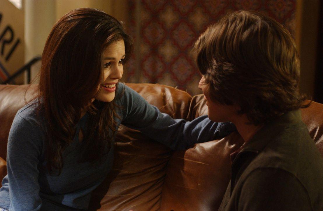 Summer (Rachel Bilson, l.) versucht ihre Beziehung mit Zach (Michael Cassidy, r.) auf eine weitere Stufe zu heben und trifft sich mit seiner Familie... - Bildquelle: Warner Bros. Television