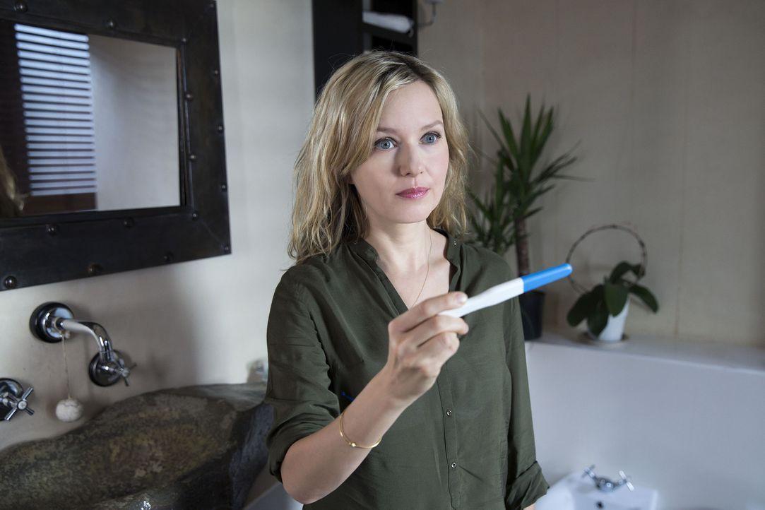 Wie soll sie ihrem Mark beibringen, dass sie ein Kind erwartet? Greta (Stefanie Stappenbeck) ... - Bildquelle: Melanie Clearly SAT.1