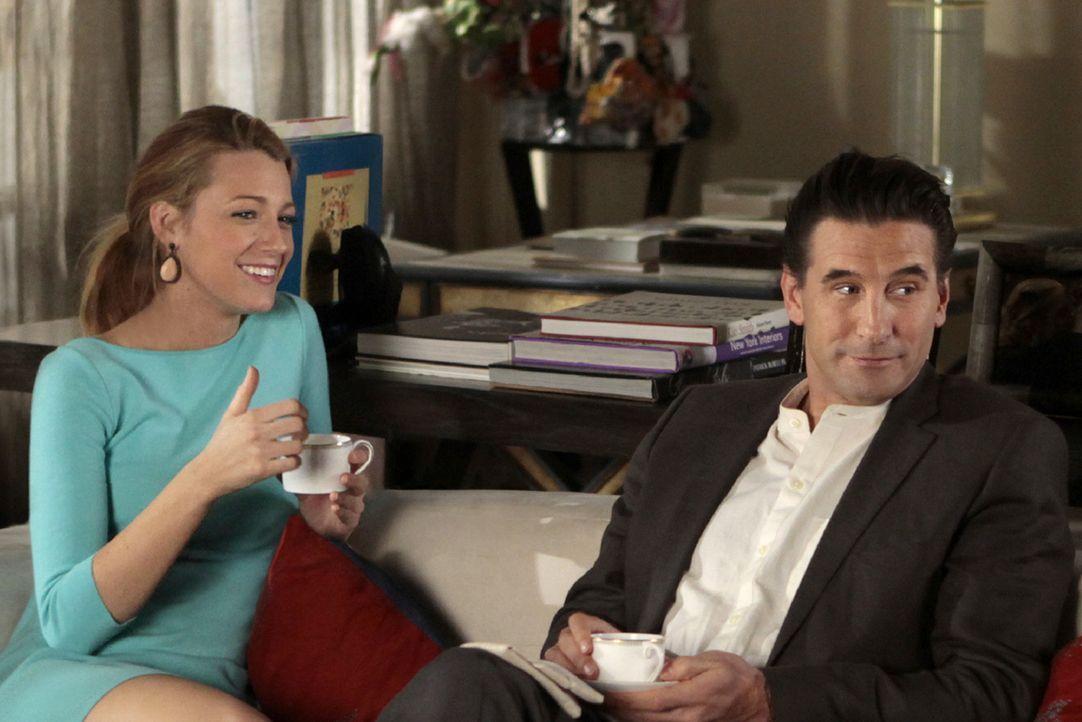 Damit auch ihr Vater (William Baldwin, r.) mehr über Serena (Blake Lively, l.) erfährt, erzählt sie ihm über ihr bisheriges Leben - verschweigt dabe... - Bildquelle: Warner Bros. Television