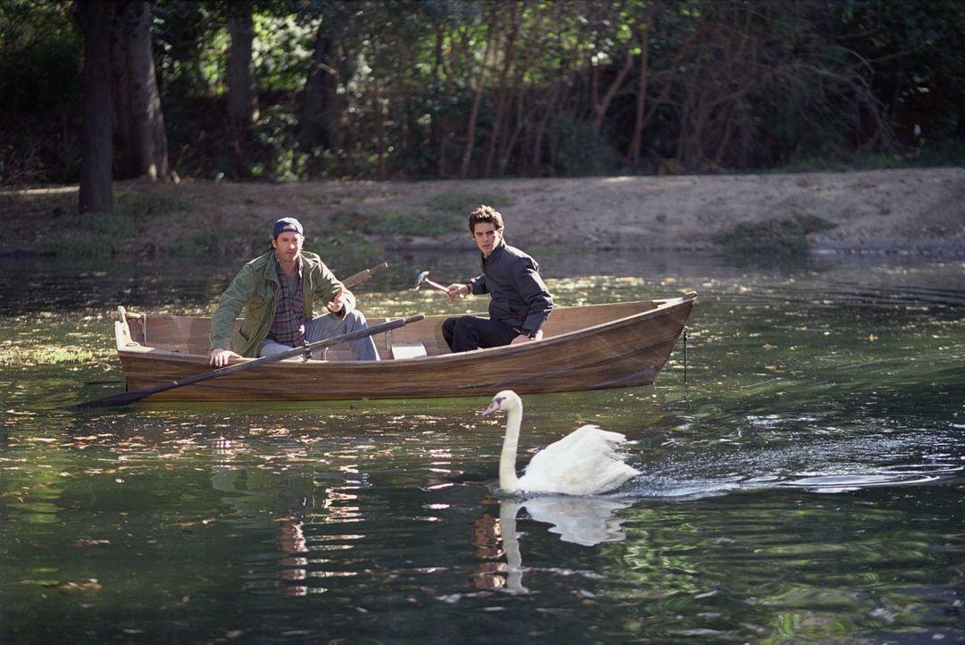 Während Luke (Scott Patterson, l.) und Jess (Milo Ventimiglia, r.) einen kleinen Ausflug machen, reisen Lorelai, Alex und Sookie nach New York ... - Bildquelle: 2002 Warner Bros.