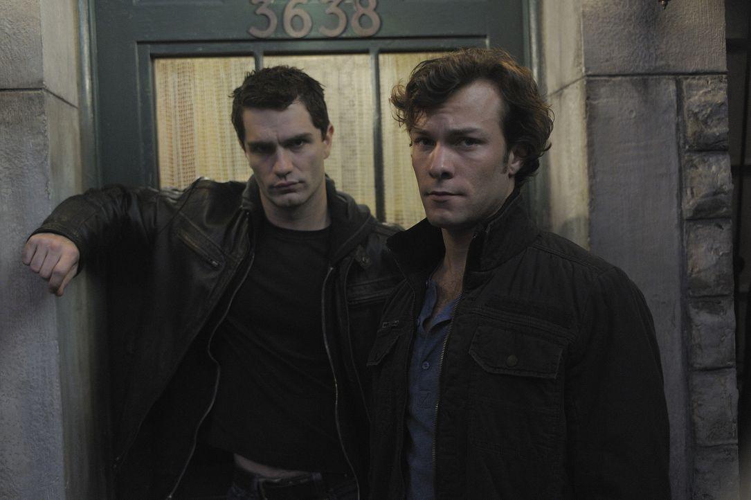 Während Aidan (Sam Witwer, l.) versucht, Henry (Kyle Schmid, r.) zu finden, ist Josh auf der Suche nach Nora, die in Schwierigkeiten zu stecken sche... - Bildquelle: Phillipe Bosse 2012 B.H. 2 Productions (Muse) Inc. ALL RIGHTS RESERVED.
