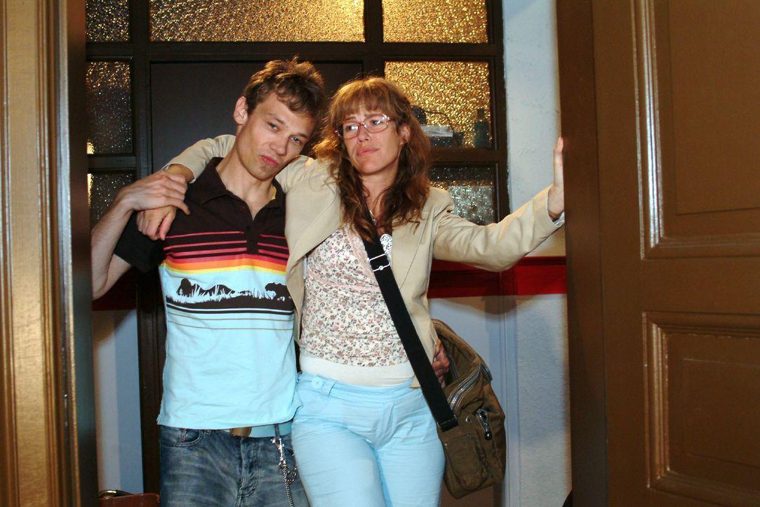 Jürgen (Oliver Bokern, l.) stützt Lisa (Alexandra Neldel, r.), die bei der Knutscherei vor dem Kiosk gestürzt ist. (Dieses Foto von Alexandra Neldel... - Bildquelle: Monika Schürle SAT.1 / Monika Schürle