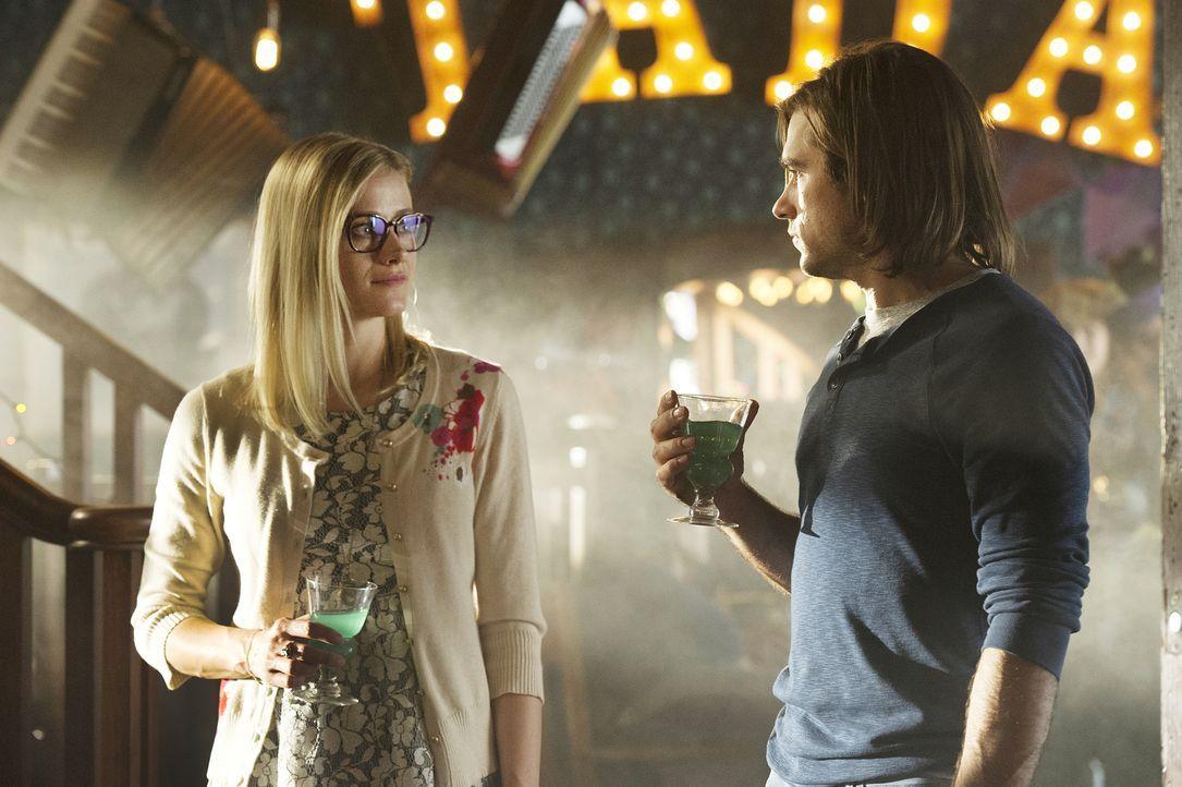 Gelingt es Alice (Olivia Taylor Dudley, l.) und Quentin (Jason Ralph, r.) tatsächlich, Kontakt mit Charlie aufzunehmen oder beschwören sie erneut ei... - Bildquelle: 2015 Syfy Media Productions LLC. ALL RIGHTS RESERVED.