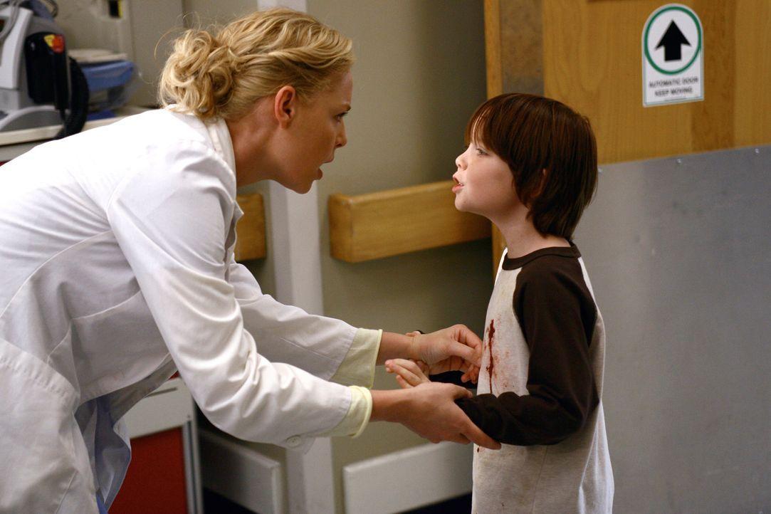 Michael (Jaden Sorensen, r.) bittet Izzie (Katherine Heigl, l.), ihn nach draußen zu begleiten, da es dort einen Patiienten gibt, der ihre Hilfe be... - Bildquelle: Touchstone Television