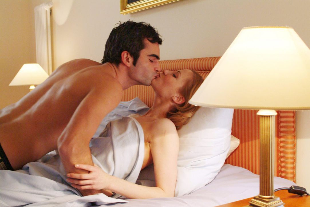 David (Mathis Künzler, l.), der sich im Hotelzimmer prächtig mit Monique (Astrid Posner, r.) amüsiert, ahnt nicht, dass seine Verlobte Mariella k... - Bildquelle: Sat.1