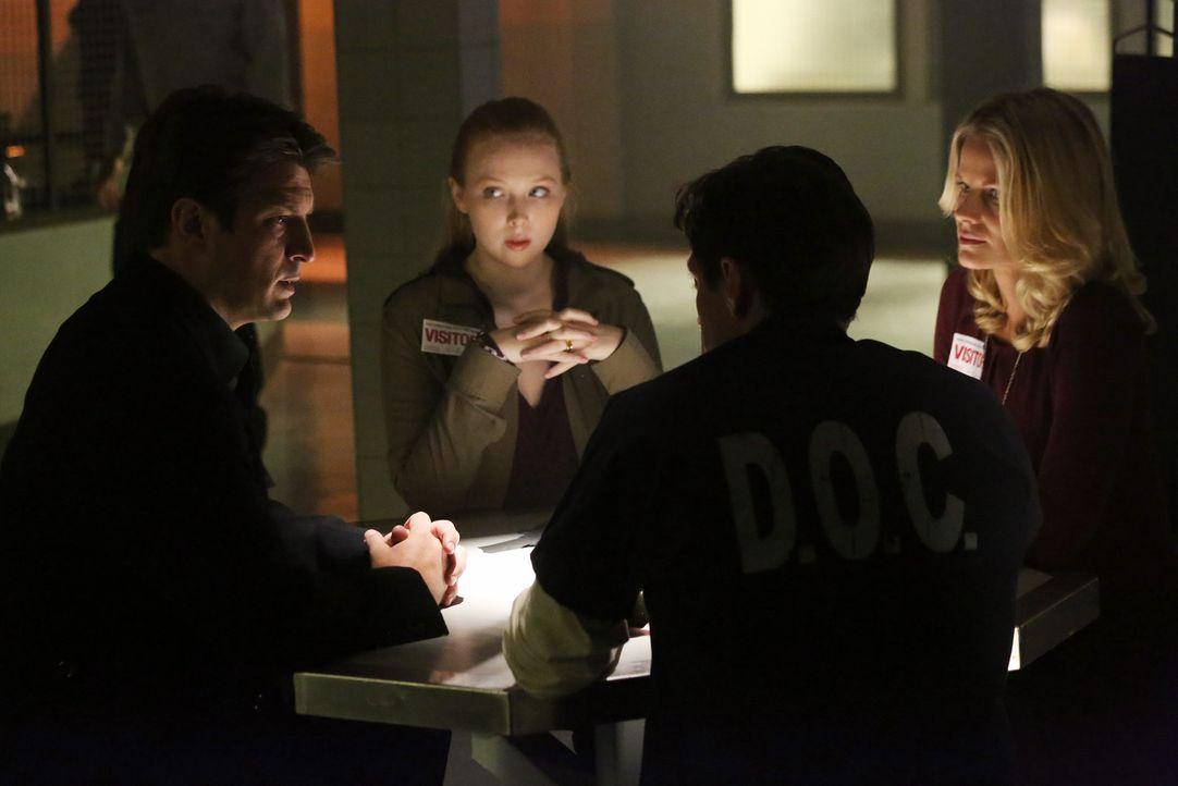 In der Todeszelle treffen Castle (Nathan Fillion, l.) und seine Tochter Alexis (Molly C. Quinn, 2.v.l.) auf den zum Tode verurteilten Frank Henson (... - Bildquelle: 2013 American Broadcasting Companies, Inc. All rights reserved.