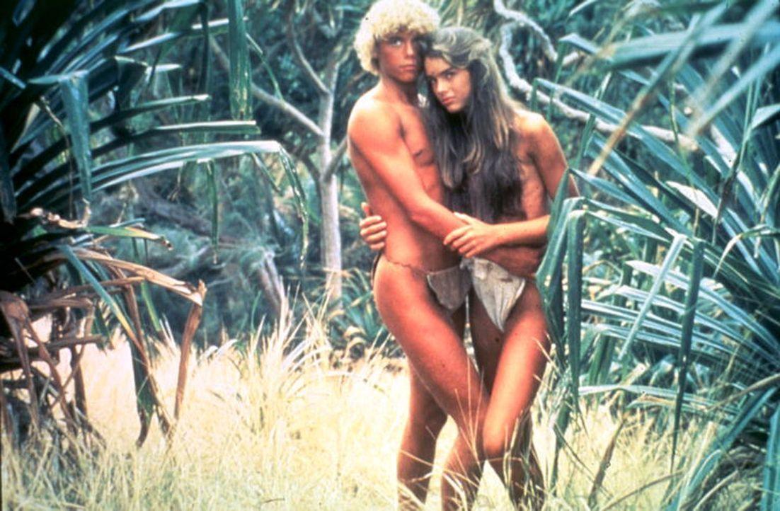 Aus der kindlichen Zuneigung von Richard (Christopher Atkins, l.) und Emmeline (Brooke Shields, r.) wird bald mehr ... - Bildquelle: Columbia Pictures