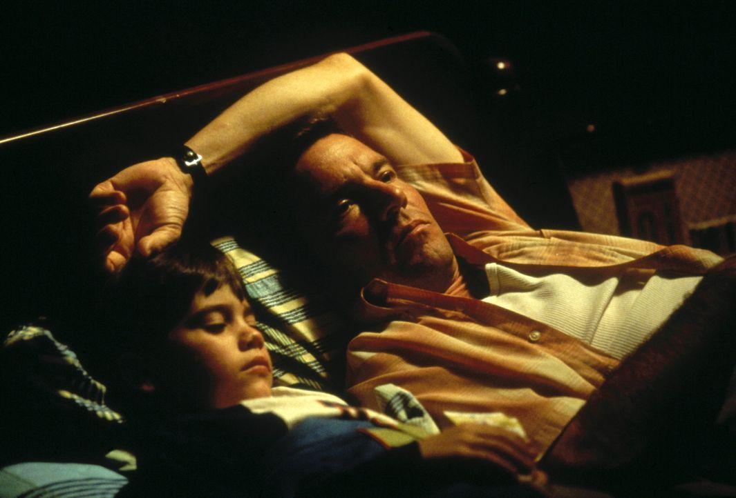 Nach der Funk-Warnung aus der Zukunft muss Frank Sullivan (Dennis Quaid, r.) erkennen, dass sein Sohn John (Daniel Henson, l.) ohne den Vater aufwac... - Bildquelle: New Line Cinema