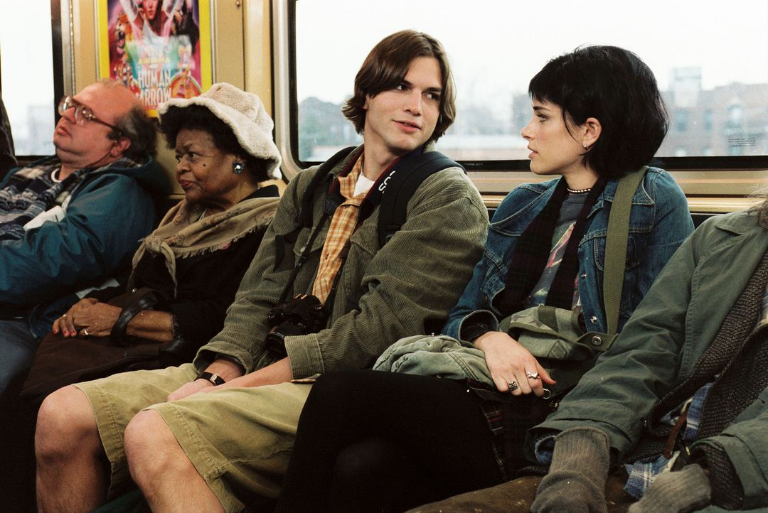Als der biedere Oliver (Ashton Kutcher, 3.v.l.) in New York mit seiner Kamera auf Sightseeing-Tour geht, läuft ihm Punkerin Emily (Amanda Peet, r.)... - Bildquelle: Ben Glass & Demmie Todd Touchstone Pictures. All rights reserved