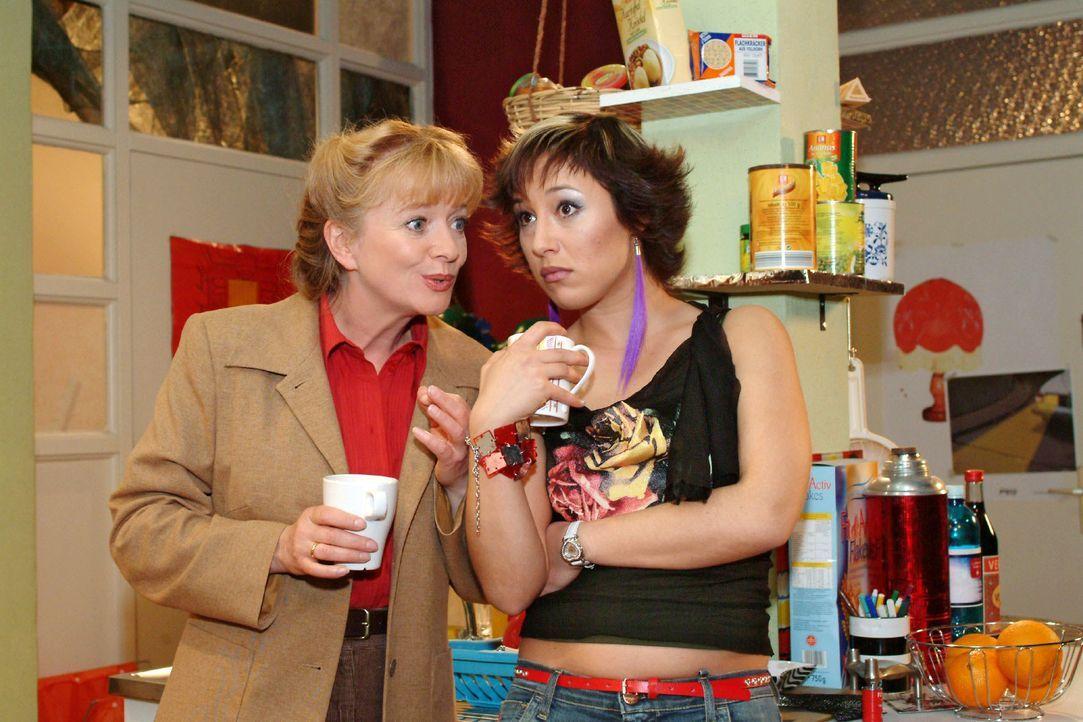 Helga (Ulrike Mai, l.) versucht nicht ganz uneigennützig, Yvonne (Bärbel Schleker, r.) die Vorteile einer Vollzeitarbeit in der Tiki-Bar schmackhaft... - Bildquelle: Monika Schürle SAT.1 / Monika Schürle