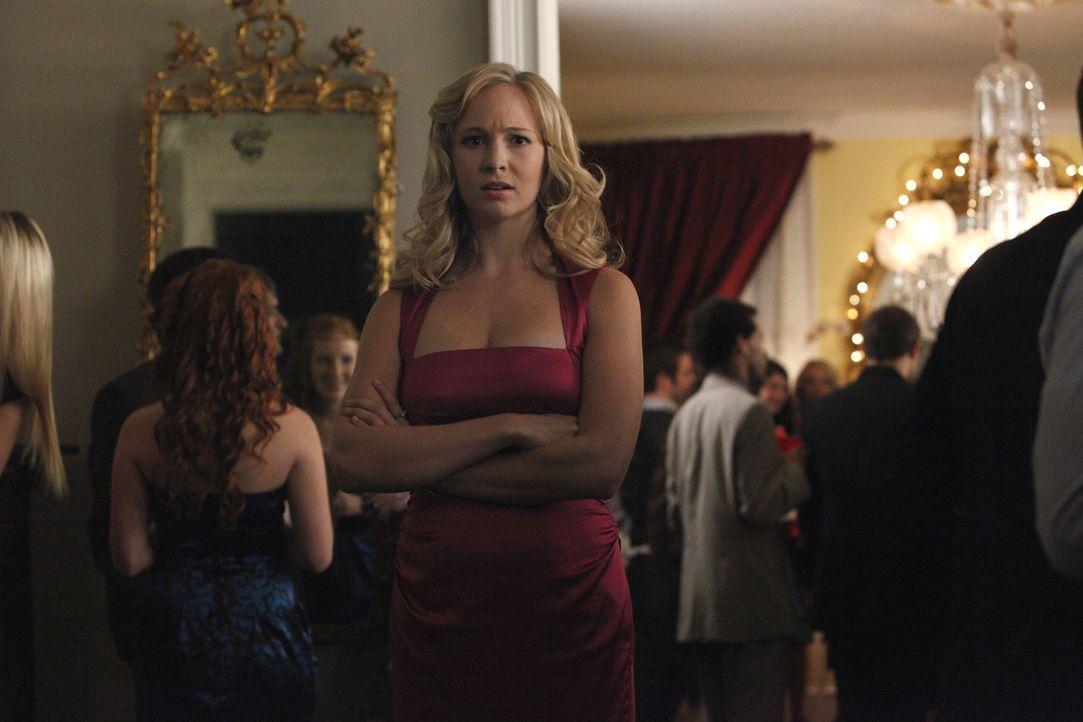 Caroline Forbes (Candice Accola) versteht die Welt nicht mehr, als sie Klaus auf der Party in Tylers Haus entdeckt ... - Bildquelle: Warner Bros. Television