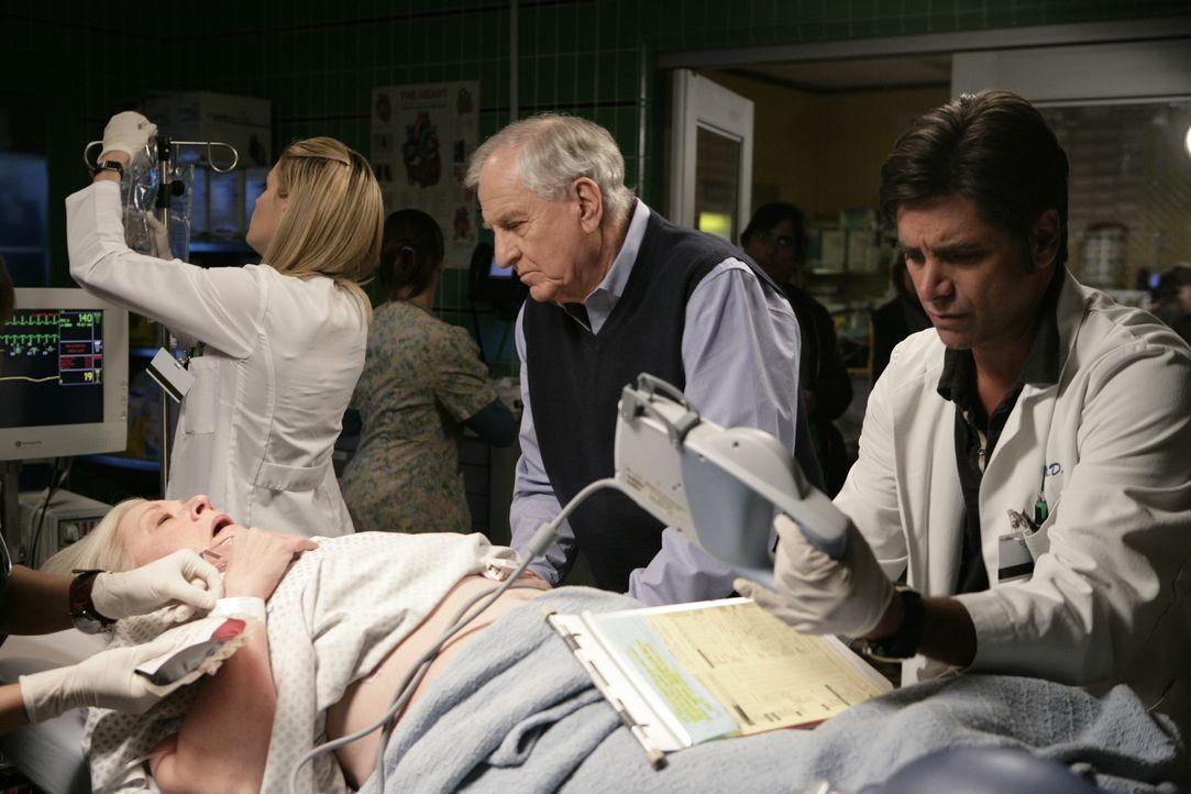 Dr. Tracy Martin (Emily Rose, l.) und Tony (John Stamos, r.) kümmern sich um Barbara Feingold (Debra Mooney, liegend) und ihrem Mann Harry (Garry M... - Bildquelle: Warner Bros. Television