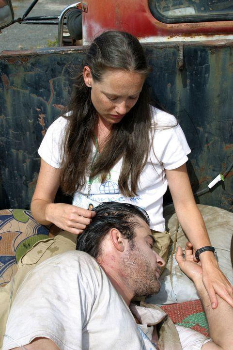 Geschwächt von den Misshandlungen, wird Luka Kovac (Goran Visnjic, vorne) zusammen mit Gillian (Simone-Elise Giraud, hinten) zum Flughafen gebracht... - Bildquelle: National Broadcasting Company (NBC)