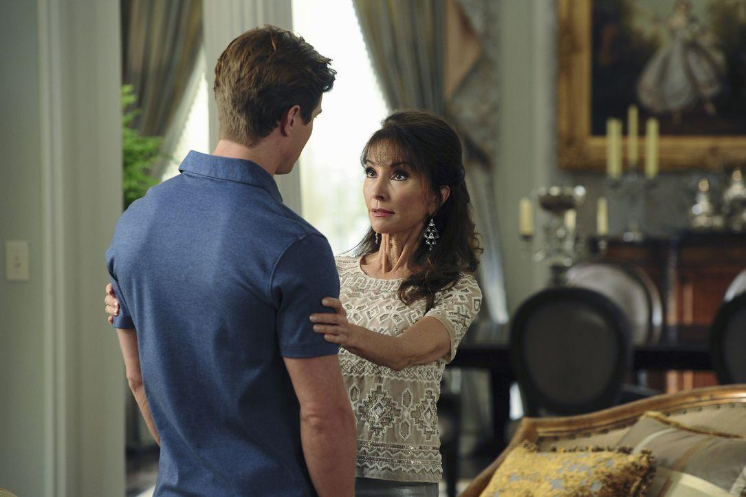 Während Remi (Drew Van Acker, l.) und Genevieve (Susan Lucci, r.) mit einem Verwandtschaftsbesuch zu kämpfen haben, bekommt Adrian interessante Info... - Bildquelle: 2014 ABC Studios