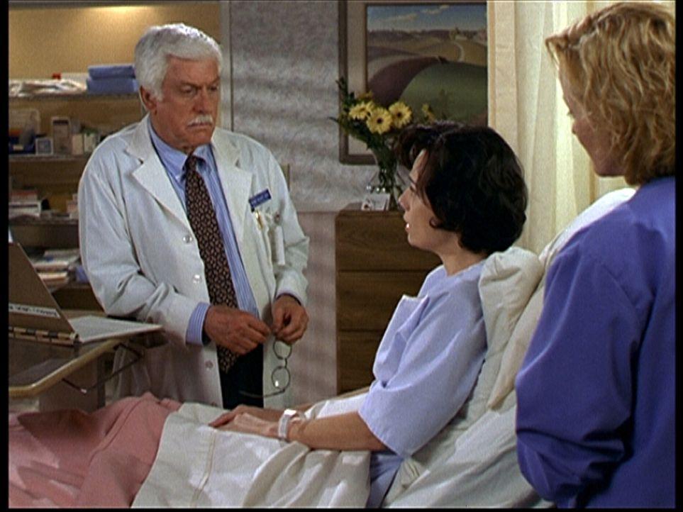 Dr. Mark Sloan (Dick Van Dyke) hat die schwere Aufgabe, Lena (Bianca Rossini, 2.v.r.) mitzuteilen, dass sie unheilbar krank ist. - Bildquelle: Viacom