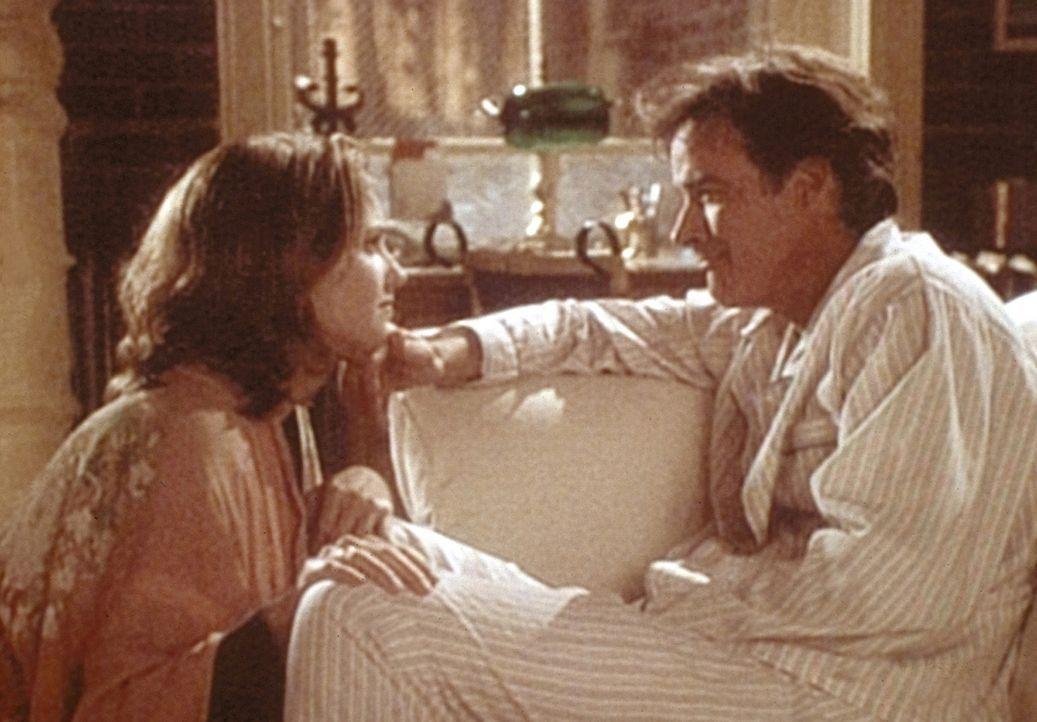 Dr. Susan Lewis (Sherry Stingfield, l.) macht sich Sorgen um ihren depressiven Freund Cvetic (John Terry, r.). - Bildquelle: TM+  WARNER BROS.